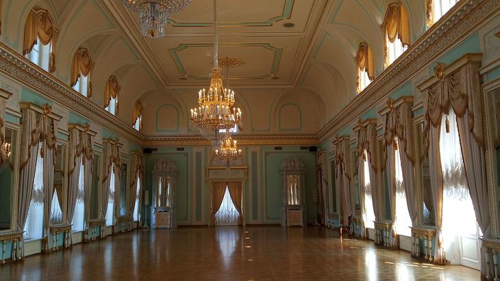 Голубой зал Константиновского дворца.