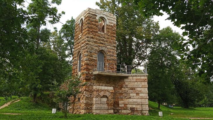 Башня руина в Стрельне.